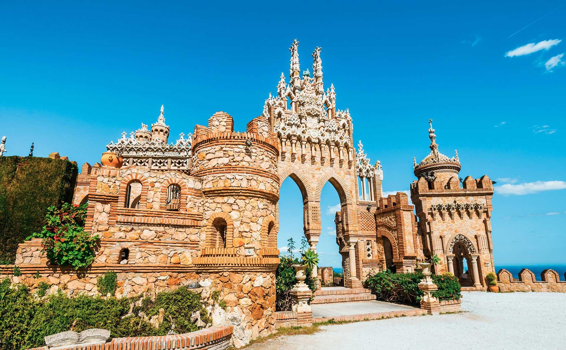 Castillo de Colomares, a 30 minutos de Palacio Solecio.